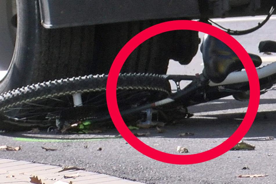 Lastwagen überfährt Radfahrerin: 53-Jährige tot