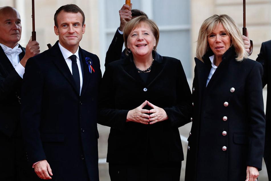 So ist's richtig: Emmanuel Macron neben Angela Merkel (M.) und Brigitte Macron.