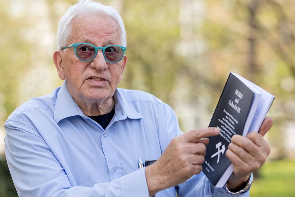 Hans Häber (76), Überlebender des schweren Zwickauer Grubenunglücks von 1960, arbeitet in seinem jüngsten Buch den Mord an fünf Zwickauer Bergingenieuren auf.