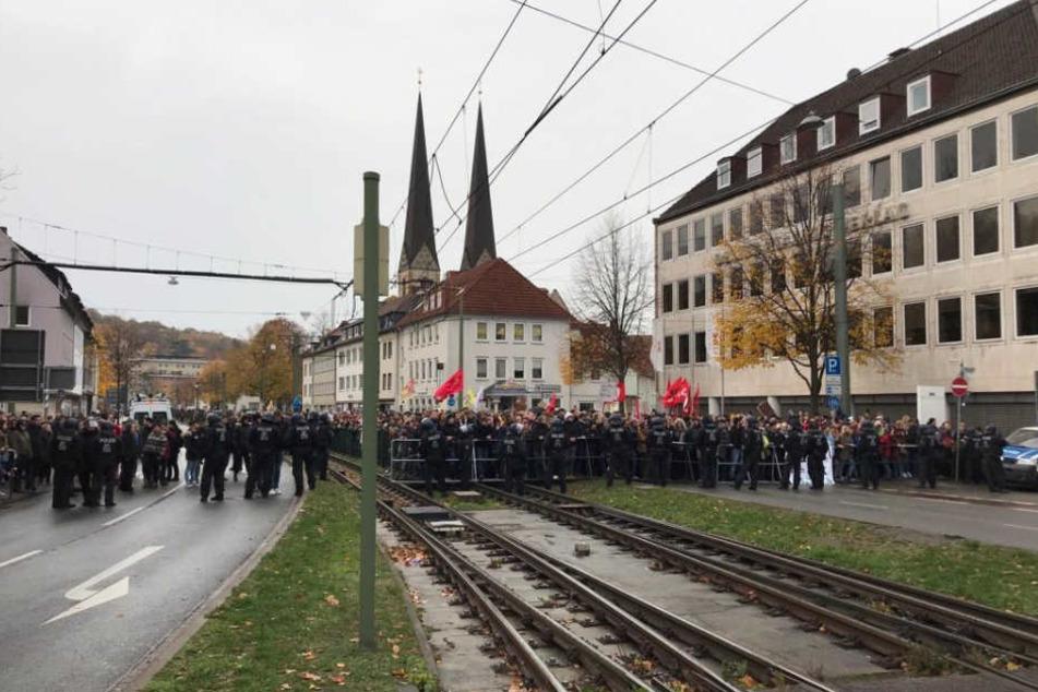 Die Nazis spielen Musik am Landgericht.