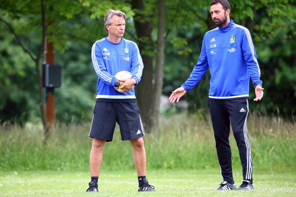 Horst Steffen (links) und Sreto Ristic (rechts) bekommen von Sportchef Ziffert Lob.