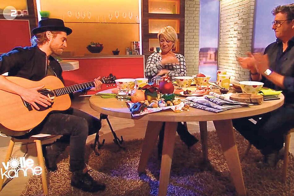"""Andrea Ballschuh (44) kann die  Tränen in ihrer letzten """"Volle Kanne""""-Sendung mit Schauspieler Hans Sigl (47, r.  ) und Sänger Johannes Oerding (34) nicht zurückhalten."""