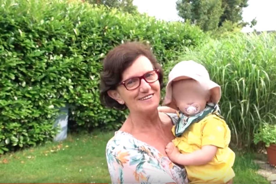 Ellas Oma freute sich über den Besuch ihrer kleinen Enkelin.