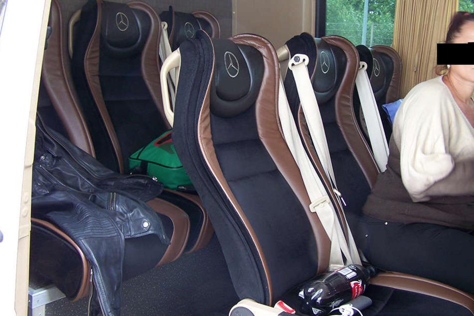 Sogar die Sitze in dem Kleinbus sehen aus wie die in zugelassenen Linienbussen.