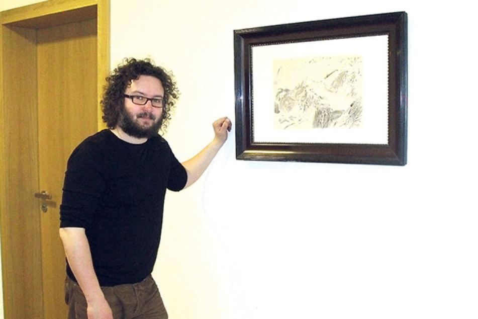 """Der Künstler Robert Schmiedel (45) mit dem Bild """"Chummehorn"""" im Gericht, von  dessen Wand das Werk verschwand."""