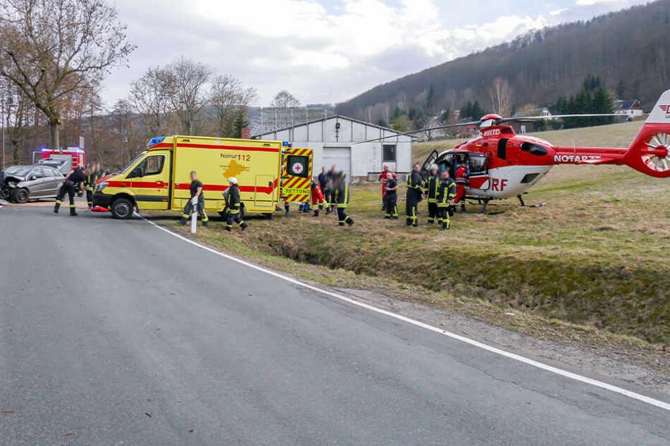 Die Verletzten wurden ins Krankenhaus gebracht, auch ein Rettungshubschrauber war im Einsatz.