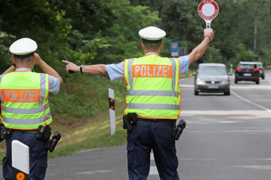 Bitte rausfahren. Die Polizisten zogen den Herren mehrfach innerhalb einer Woche aus dem Verkehr.