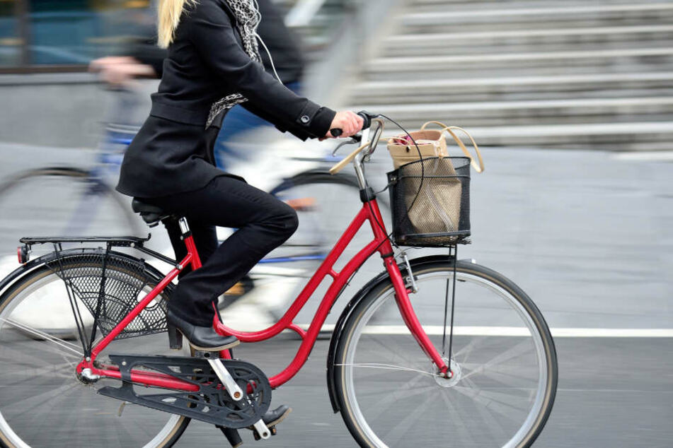 Mitten in der Fahrt stieß der Mann die Radlerin von ihrem Fahrrad. (Symbolbild)