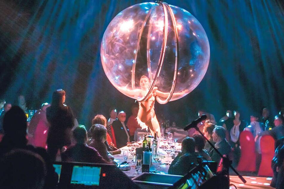 Artistin Kourtney Pavlov zieht in der Glaskugel mit ihrer Darbietung die Blicke der Gäste auf sich.