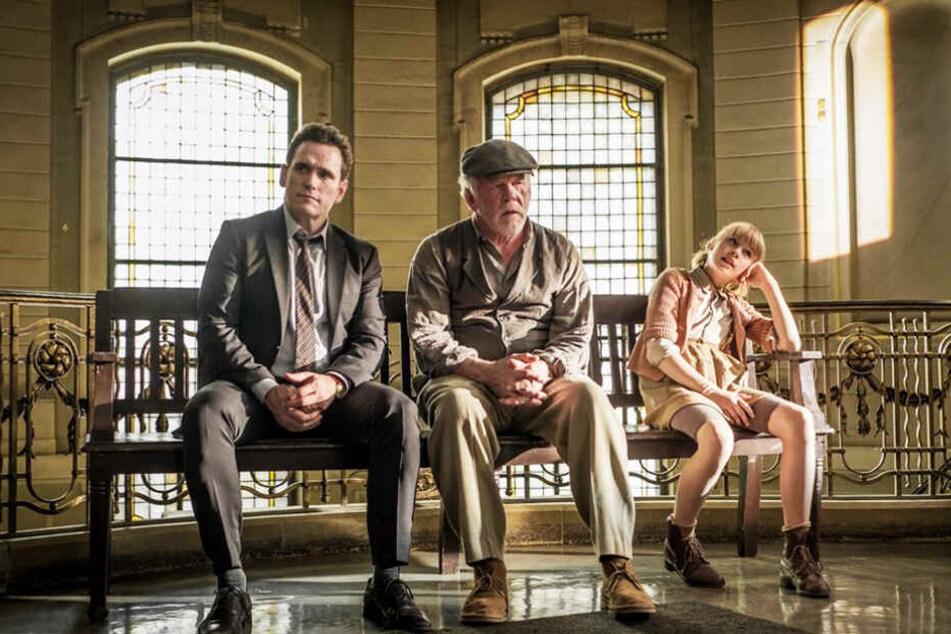 Nick (l., Matt Dillon) und Matilda (r., Sophie Lane Nolte) warten darauf, dass ein Arzt den verwirrten Amadeus (M. Nick Nolte) durchcheckt.