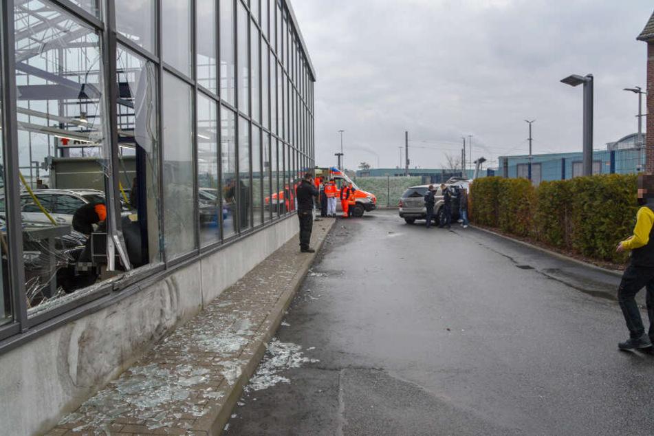 Ehe die Fahrt endete, rammte das SUV eine Halle, die Glasfassade ging zu Bruch.