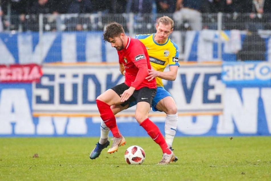 Dominik Pelivan (links) im Zweikampf mit Jenas Sören Eismann. Am Ende trennte sich beide Teams ohne Tore.