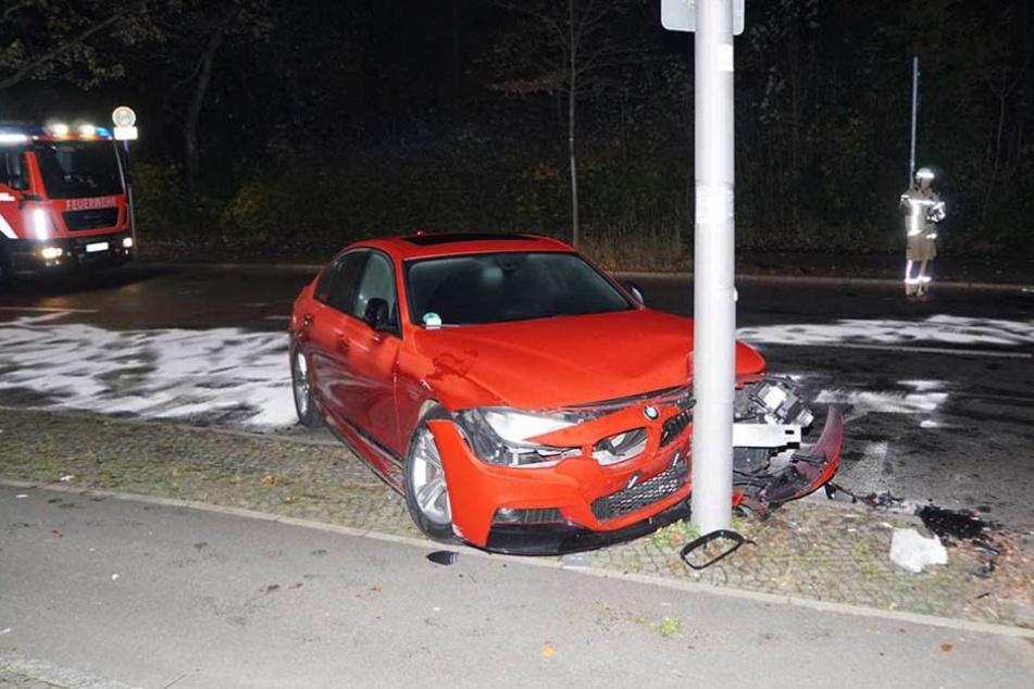 Der rote BMW wurde durch den Aufprall an einen Mast geschleudert und schwer beschädigt.