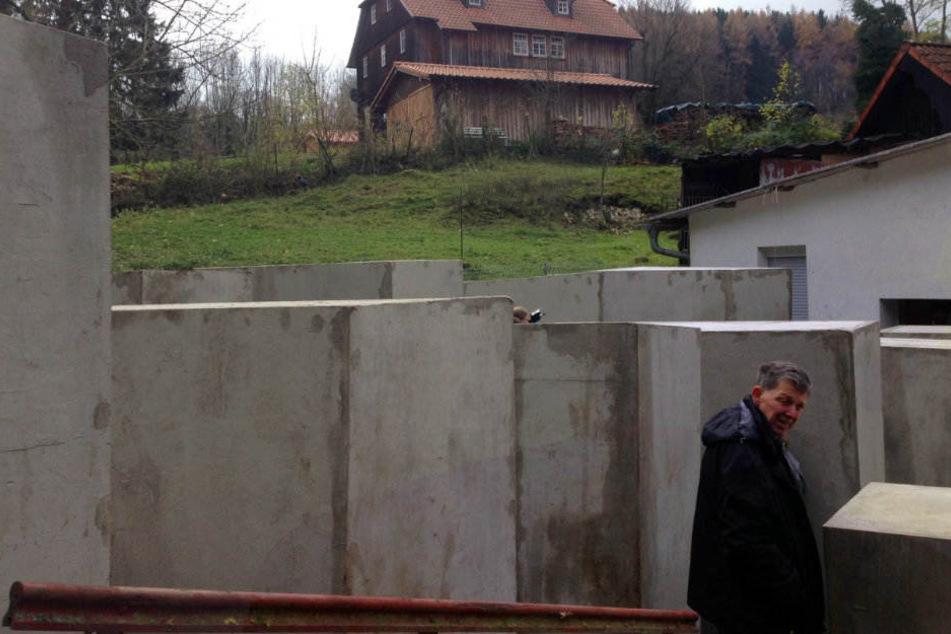 Auf dem Nachbargrundstück wurden die 24 Betonblöcke errichtet.