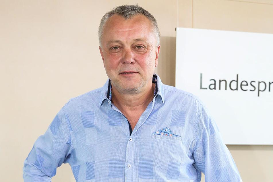 """Frank Haubitz (60) leitet das Gymnasium Klotzsche, gibt seinen Schülern bis Freitag """"Hitzefrei""""."""