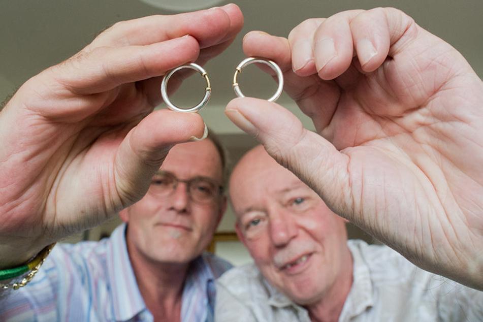 Vor 15 Jahren gaben sich Heinz-Friedrich Harre (r.) und Reinhard Lüschow das Ja-Wort und ließen sich als Lebenspartnerschaft eintragen. Sie galten damals als erstes offiziell eingetragenes homosexuelles Paar in Deutschland.