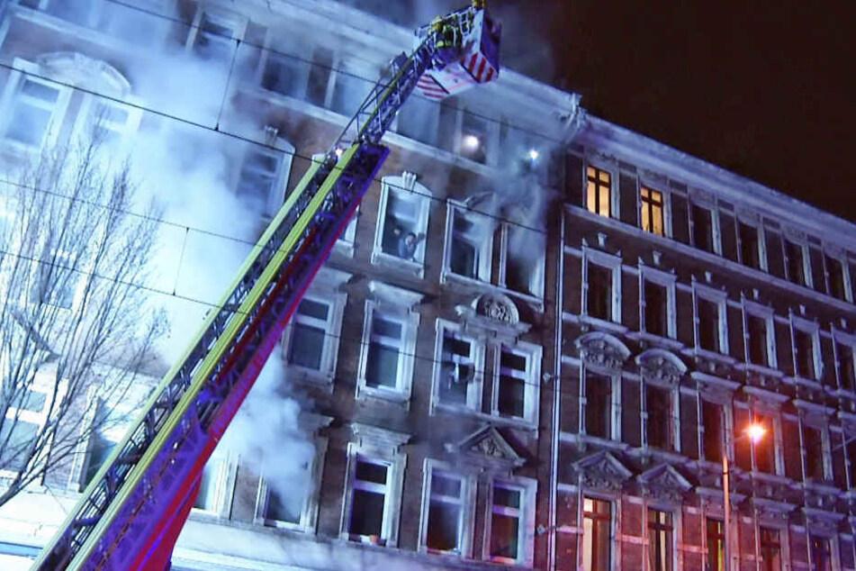 Das Feuer brach in der Nacht zum Montag gegen 1.30 Uhr in der Eisenbahnstraße 115 aus. Es war bereits das zweite innerhalb eines Jahres.