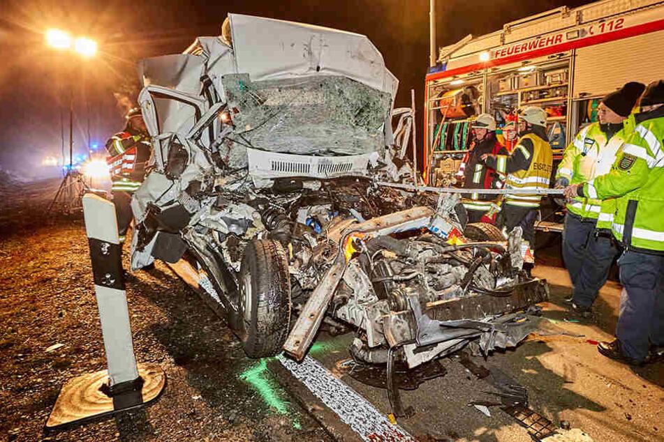 Kleintransporter rast auf A17 in geparkten Lkw: Zwei Männer sterben