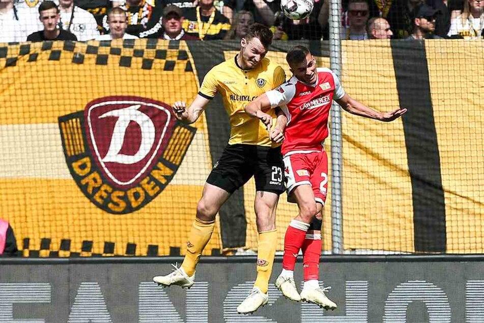 In der Luft räumte Florian Ballas (l.) sämtliche Bälle ab. Der zehn Zentimeter kleinere Unioner Grischa Prömel hatte gegen den Dynamo-Hünen keine Chance.