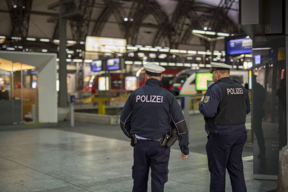 Polizisten stehen im Dresdner Hauptbahnhof,