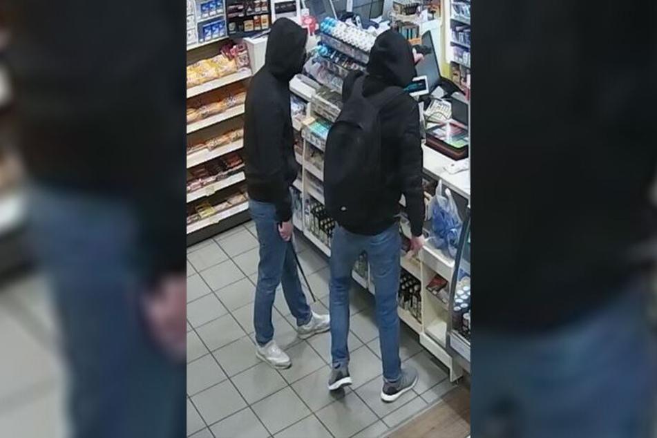 Die beiden Unbekannten überfielen eine Tankstelle in Dresden.