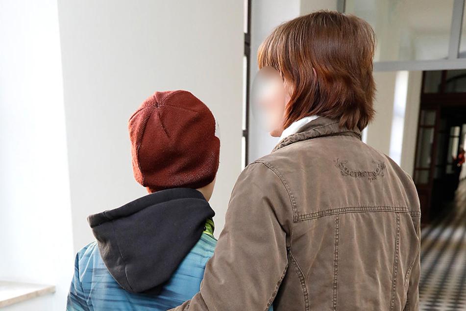 Daniela L. (33) hält ihren Sohn Thomas (11) im Arm. Sie hofft, dass er die  schlimmen Stunden bald vergessen hat.