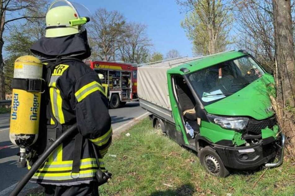 Die Feuerwehr musste den schwer verletzten Fahrer aus dem Wrack befreien.
