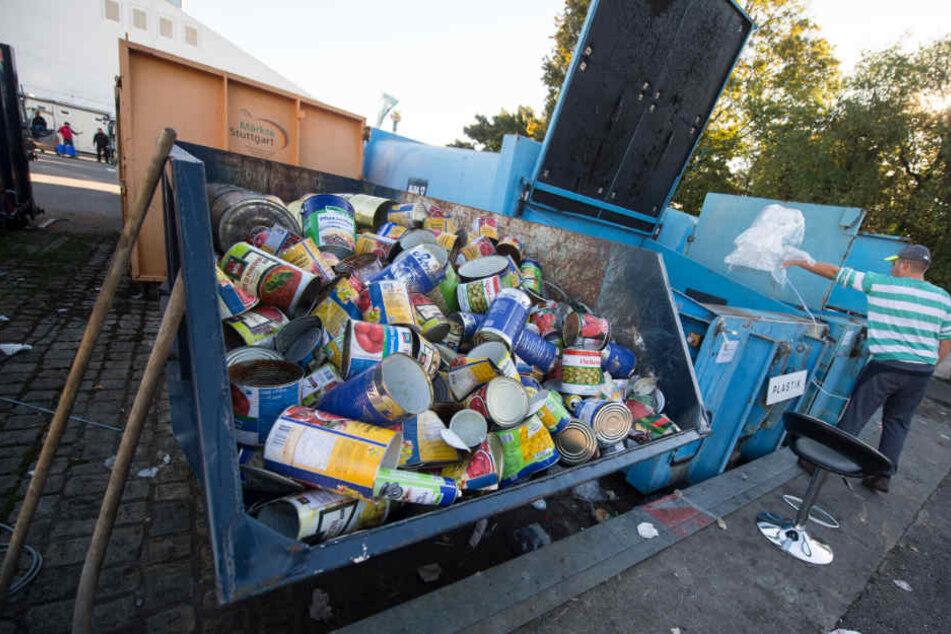 Vier bis fünf Tonnen Müll fallen täglich auf dem wasen an. Die landen dann etwa hier auf dem Recycling-Hof des Volksfests.
