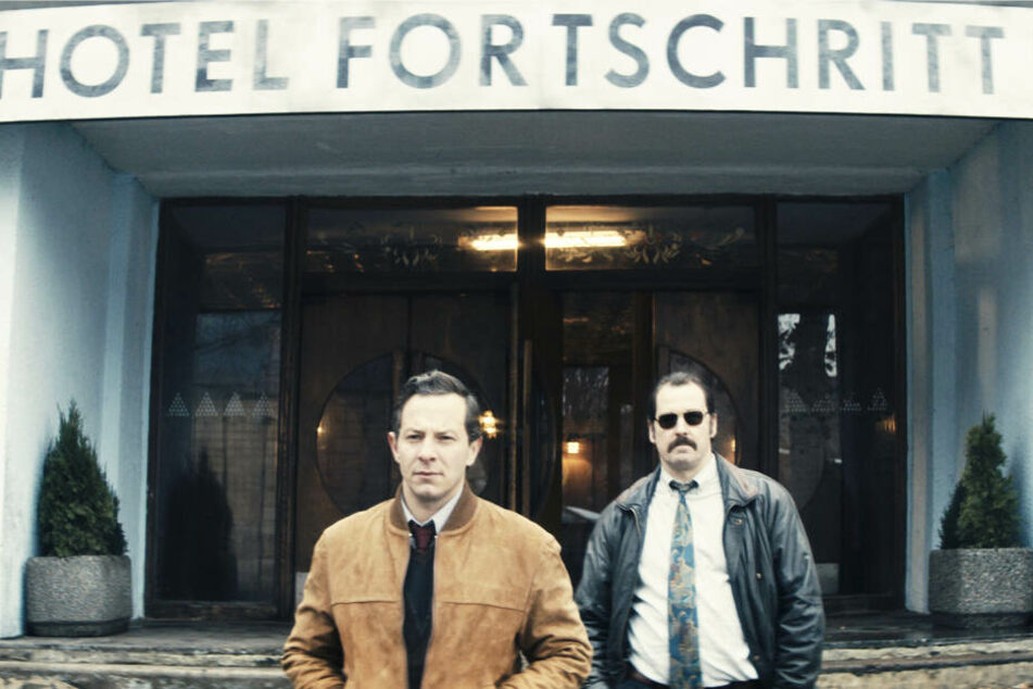Die Kommissare Patrick Stein (l., Trystan Pütter) und Markus Bach (Felix Kramer) steigen im Hotel Fortschritt ab und starten von hier aus ihre Ermittlungen.