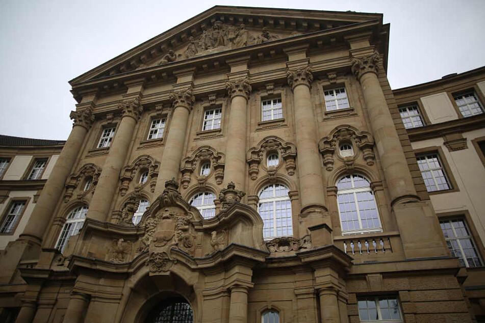 Das Oberlandesgericht in Köln ordnete die Auslieferungshaft an. Die Festnahme erfolgte in Zusammenarbeit mit Europol.