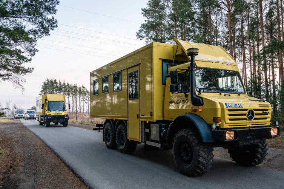 Umweltschutzaktivisten die den Braunkohletagebau Jänschwalde der Lausitzer Energie Bergbau AG (LEAG) blockiert hatten, werden mit Fahrzeugen der LEAG abtransportiert.
