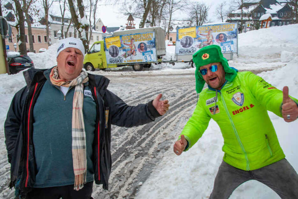 Veranstalter Jochen Nöske (66) und Bundestrainer Engel B. Falk Engert (51) bringen sich am Markt in Partystimmung.