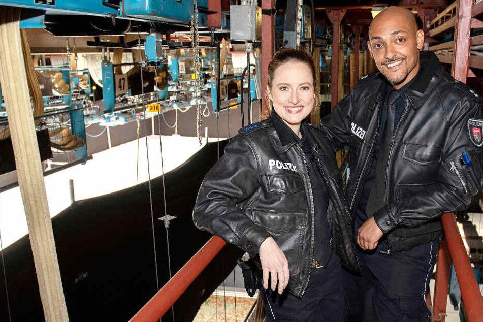 Wanda Perdelwitz (spielt Nina Sieveking) und Patrick Abozen (Lukas Petersen) erkunden das neue Großstadtrevier-Studio.