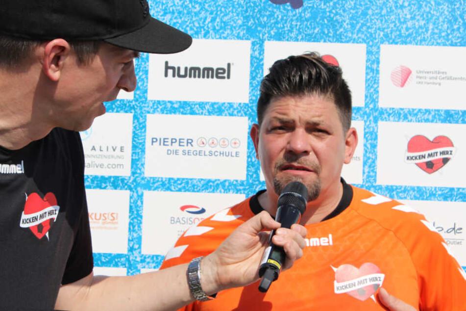 Tim Mälzer (rechts) im Gespräch mit Moderator Steffen Hallaschka.