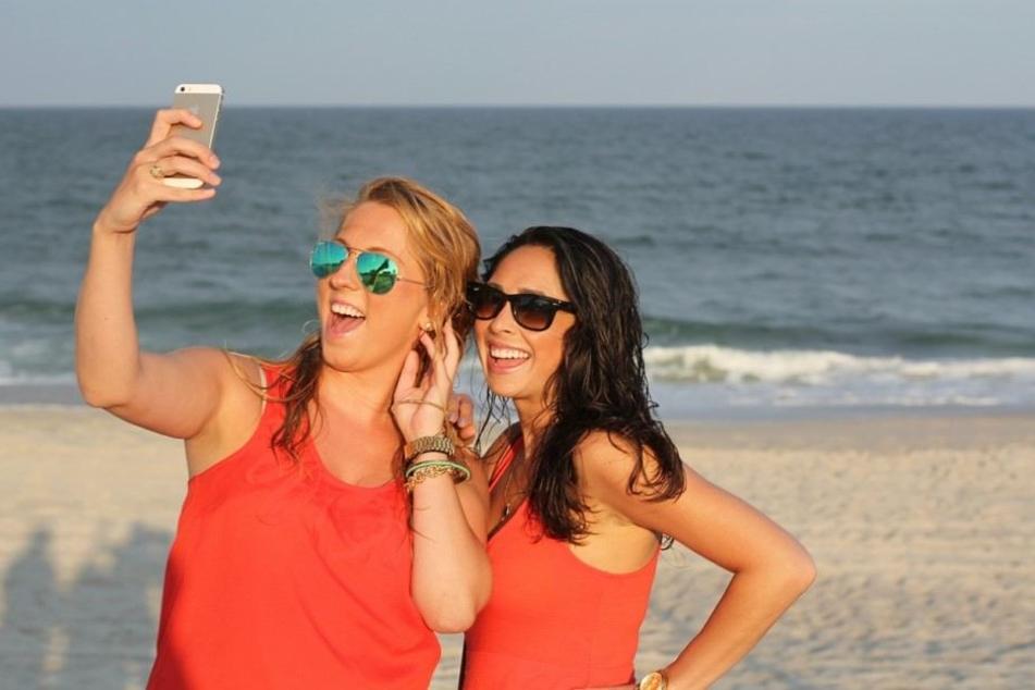 Der Selfie-Trend ist gerade auf Reisen ungebrochen - dies sorgt für tolle Fotos im Social-Media Bereich.