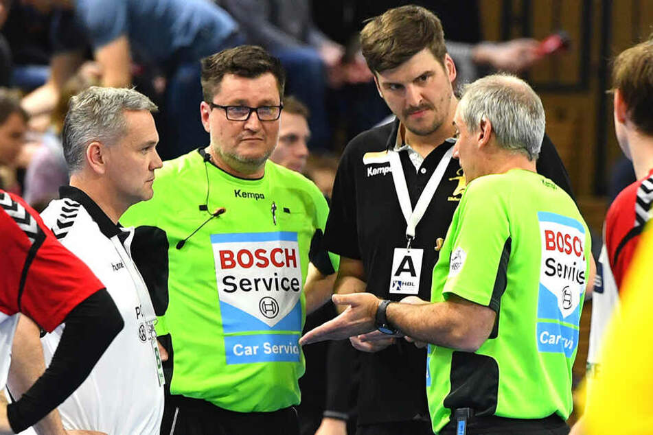 Rico Göde, hier beim Spielabbruch gegen Hamm mit den Schiris im Gespräch, ist neuer HCE-Chefcoach