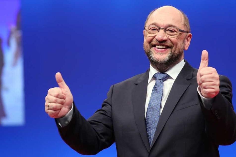 Daumen hoch! Martin Schulz bleibt SPD-Vorsitzender.