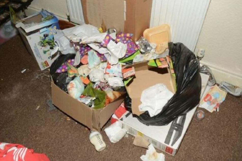 Überall in der Wohnung lag Müll herum. Getoppt von vollen WIndeln und Essensresten.