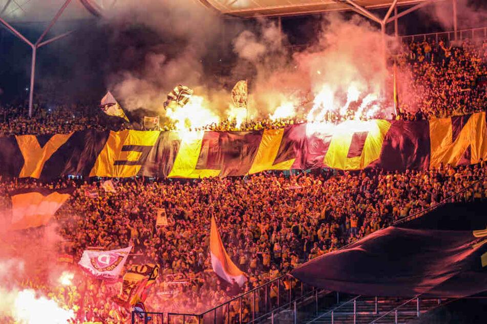 Das andauernde Abfackeln der Dynamo-Fans wird den Verein wahrscheinlich viel Geld kosten.