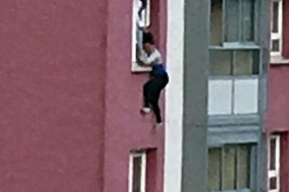 Im 11. Stock! Frau baumelt an ihren Haaren aus dem Fenster und stürzt ab