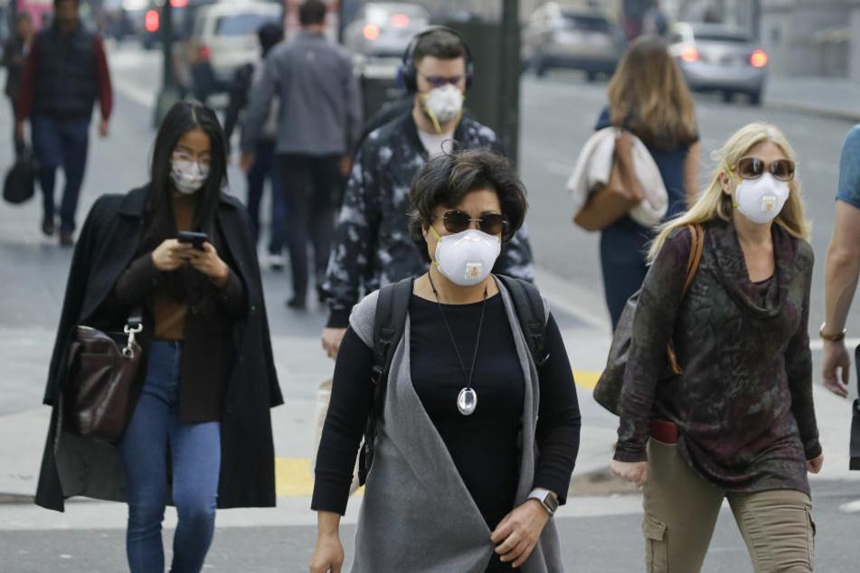 Die Menschen in San Francisco tragen Masken, um sich vor dem Rauch zu schützen. Die Behörden gaben eine Warnung heraus, dass die Luftqualität beeinträchtigt ist.