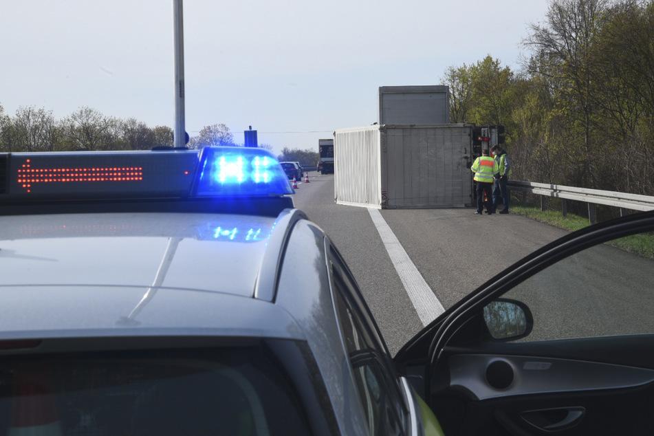 Unfall A5: Lkw-Anhänger umgekippt: A5 voll gesperrt