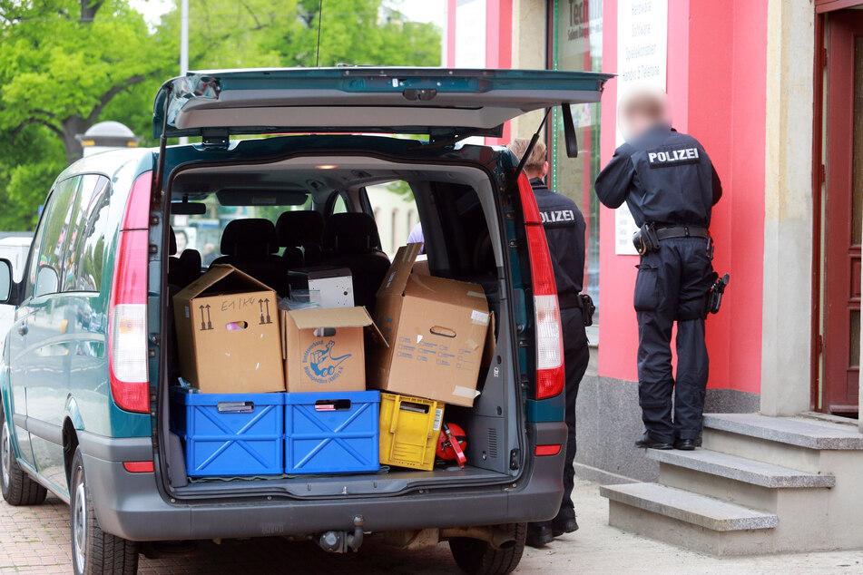 Schlag gegen die Kinderpornografie: Polizisten durchsuchten Dutzende Wohnungen in der Region Chemnitz.