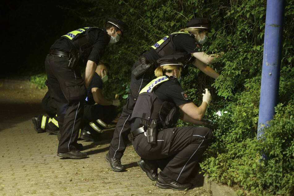Die Polizei suchte in einem Gebüsch nach der Tatwaffe.