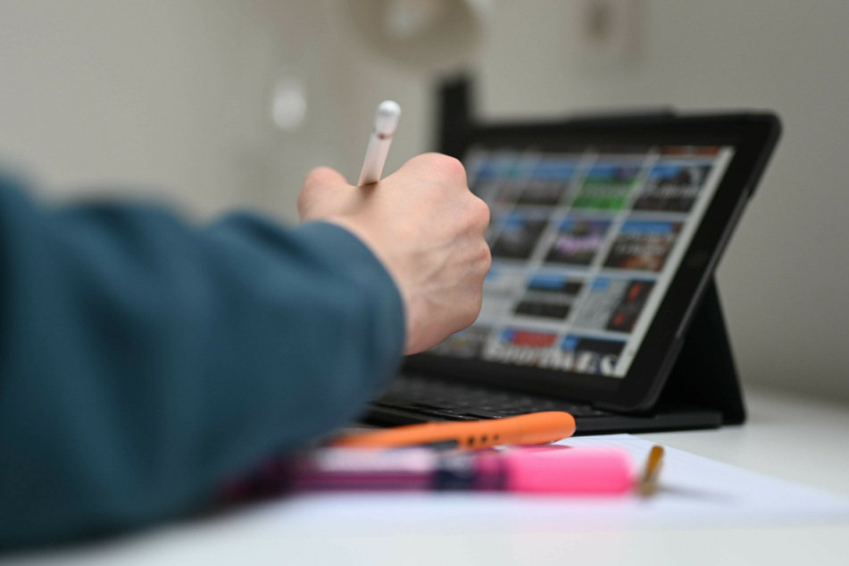 Abschluss von zuhause. In Sachsen-Anhalt können Hochschulen Prüfungen in Kürze auch digital abnehmen. (Symbolbild)
