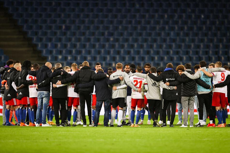 HSV-Trainer Daniel Thioune spricht nach der Niederlage gegen Bochum im Mannschaftskreis zu seinen Spielern.