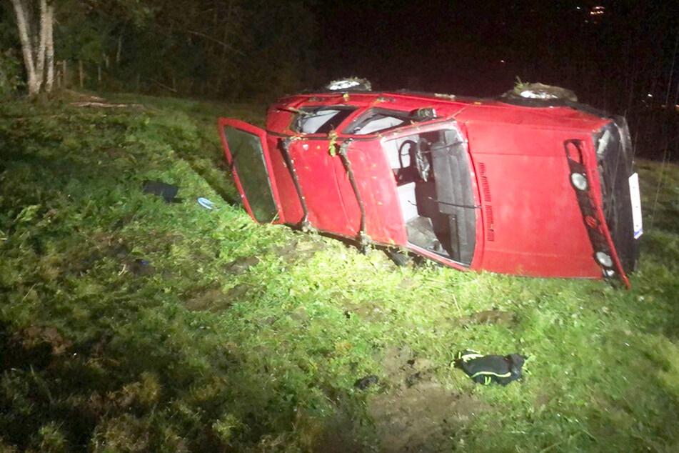 VW Golf fliegt in Wald: Elf Personen müssen ins Krankenhaus!