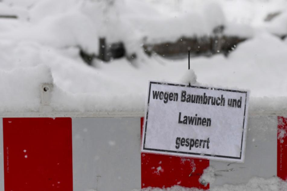 Wanderwege am Karmer sind aufgrund der Lawinen- und Baumbruch-Gefahr nach tagelangen Schneefällen im Januar 2021 gesperrt.
