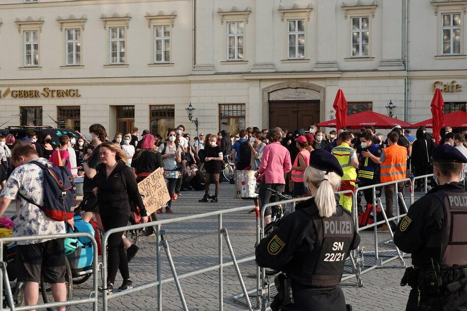 Mehrere hundert Menschen sammelten sich für den Gegenprotest.