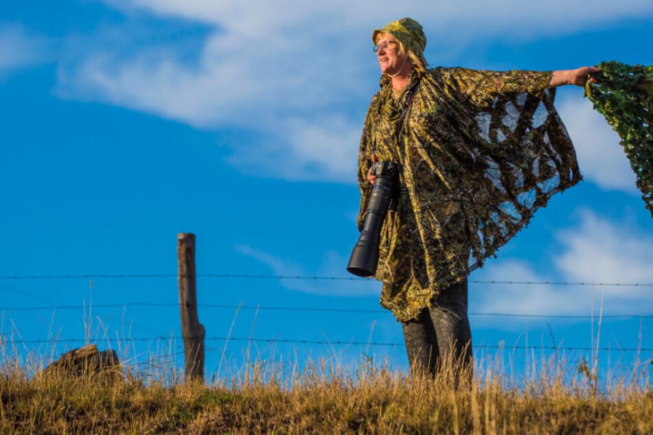 Getarnt wie eine Elite-Soldatin: Carola Schimmel (57) begibt sich mit ihrem Tarnnetz in Stellung, harrt stundenlang aus.